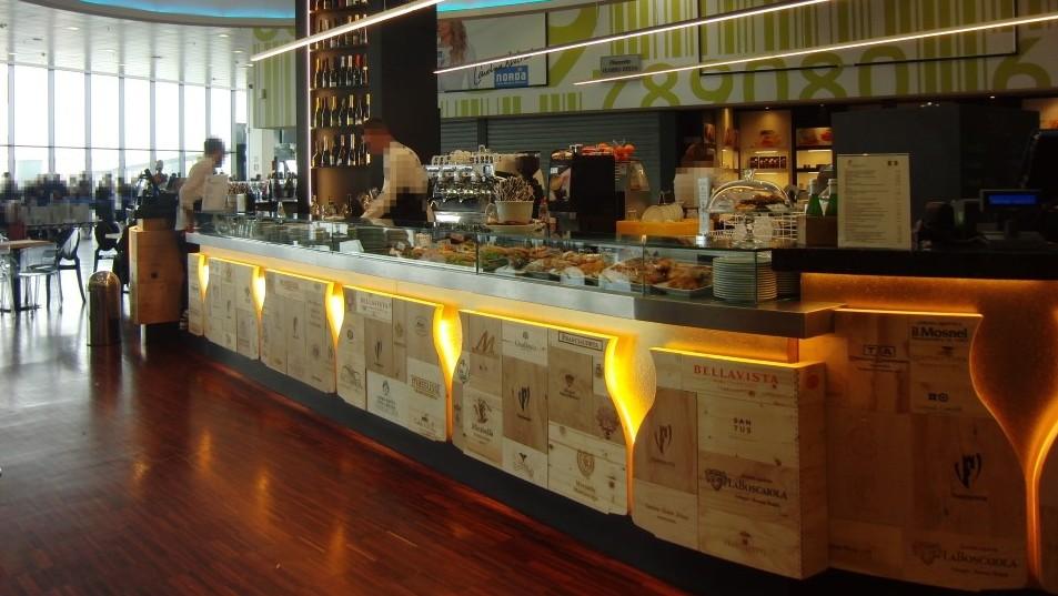 Particolare del bancone bar, foto scattata al Ristorante Wine Gate 11 presso l'Aeroporto di Orio al Serio
