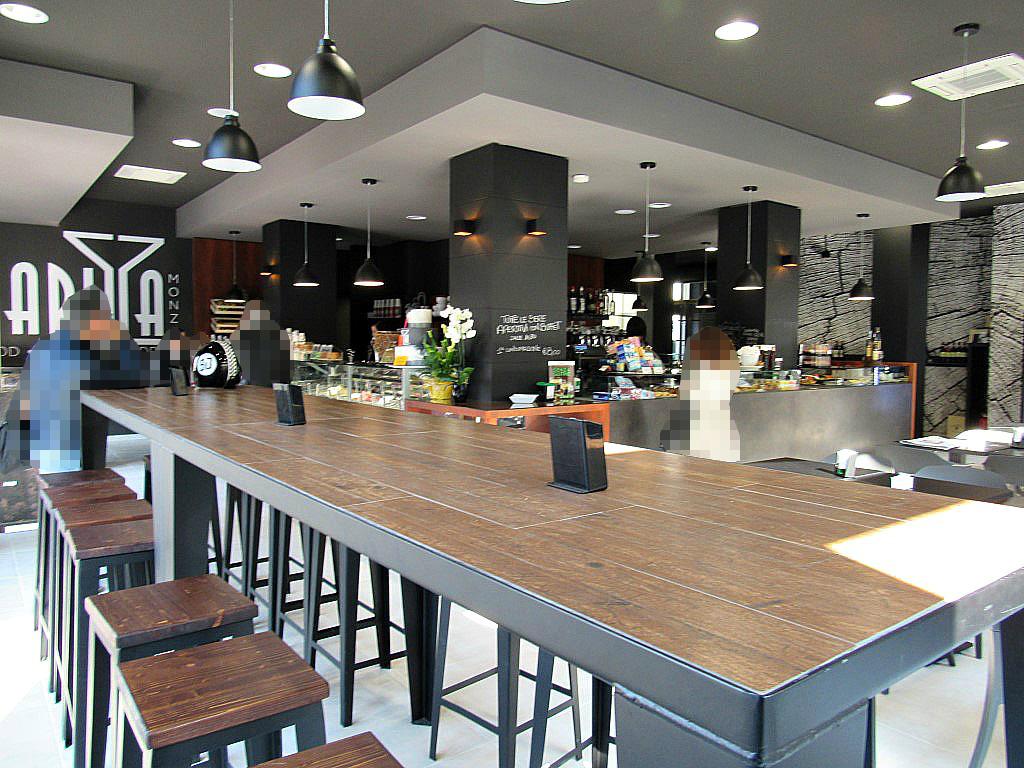 """Foto del cosiddetto """"tavolo dell'amicizia"""" presso il Bar Gelateria Enoteca Papilla a Monza"""