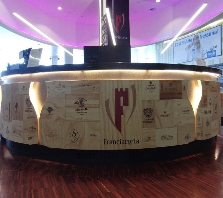 Particolare del bancone con Logo della F di Franciacorta al Ristorante Wine Gate 11 presso l'Aeroporto di Orio al Serio
