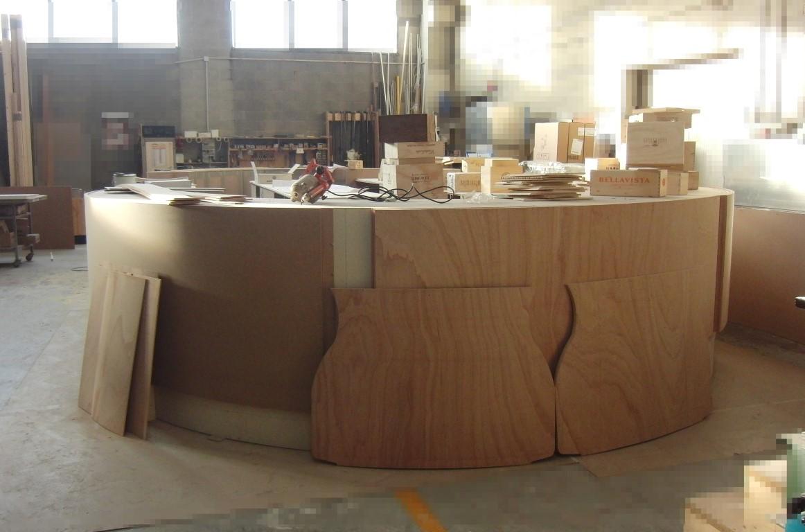 Foto della parte esterna della curva del bancone in lavorazione per il Ristorante Wine Gate 11 presso l'Aeroporto di Orio al Serio