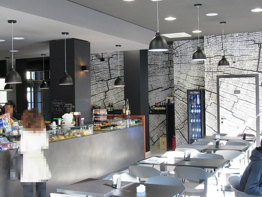 Particolare della sala principale del Bar Gelateria Enoteca Papilla a Monza