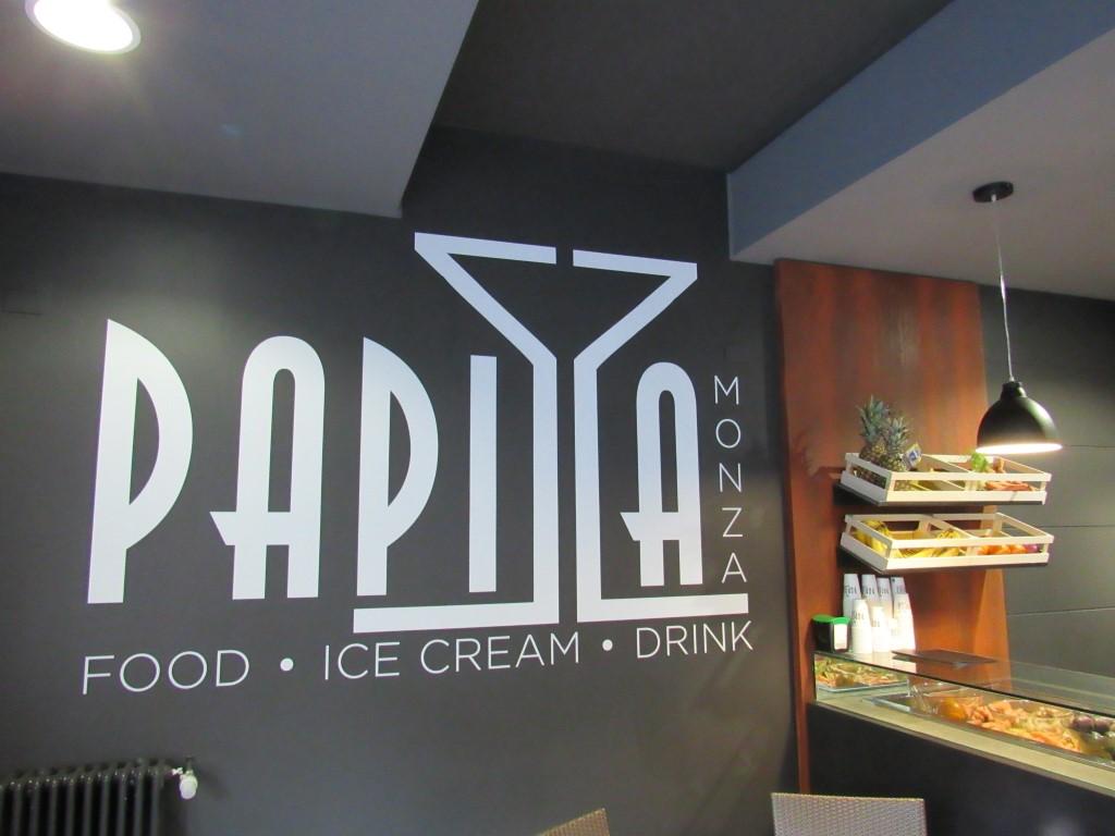 Foto del logo del Bar Gelateria Enoteca Papilla a Monza con particolare su parte del bancone