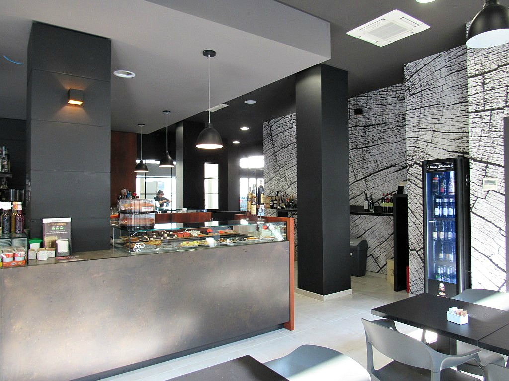 Particolare dell'iinterno con parete wallcovering presso il Bar Gelateria Enoteca Papilla a Monza