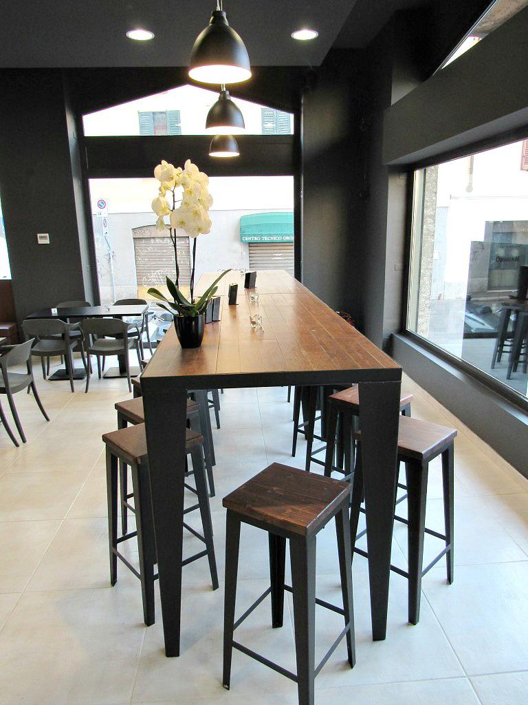 Foto del tavolone in ferro con sedie e piano in gres porcellanato presso il Bar Gelateria Enoteca Papilla a Monza