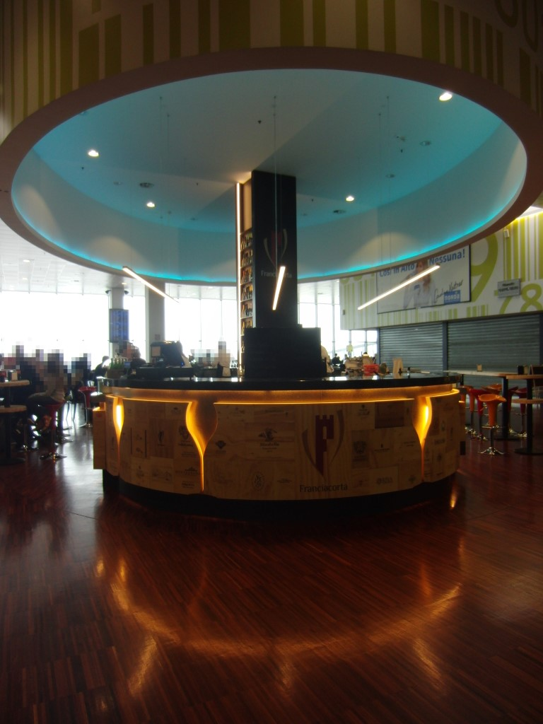 Vista complessiva del banco al Ristorante Wine Gate 11 presso l'Aeroporto di Orio al Serio