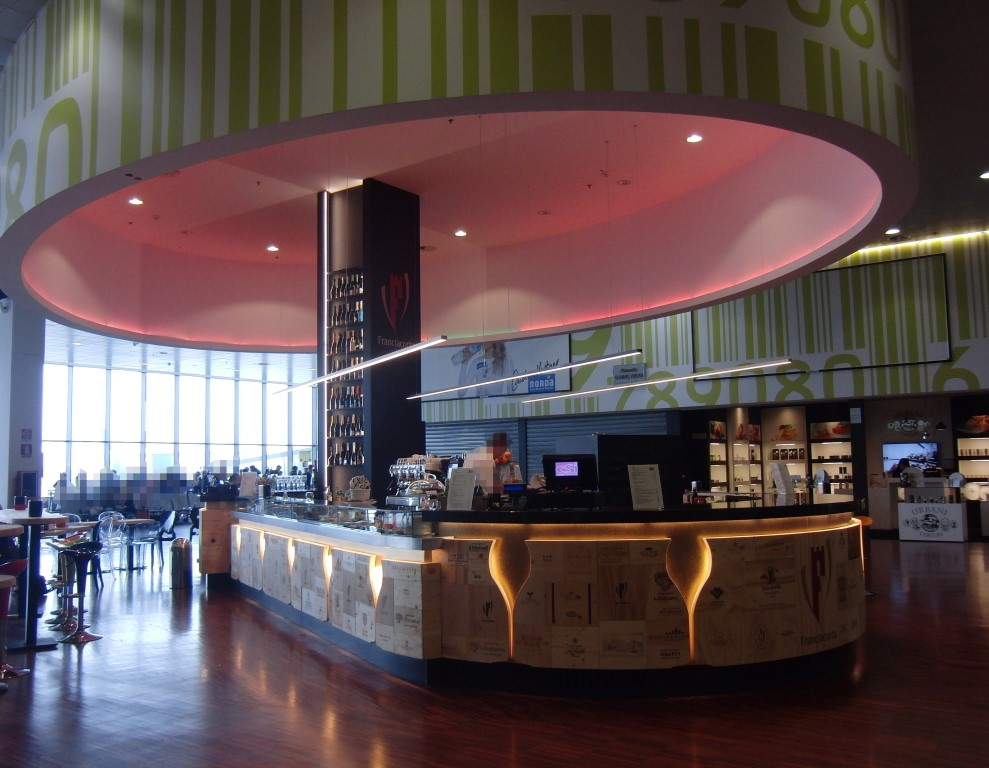 Foto del banco illuminato al Ristorante Wine Gate 11 presso l'Aeroporto di Orio al Serio