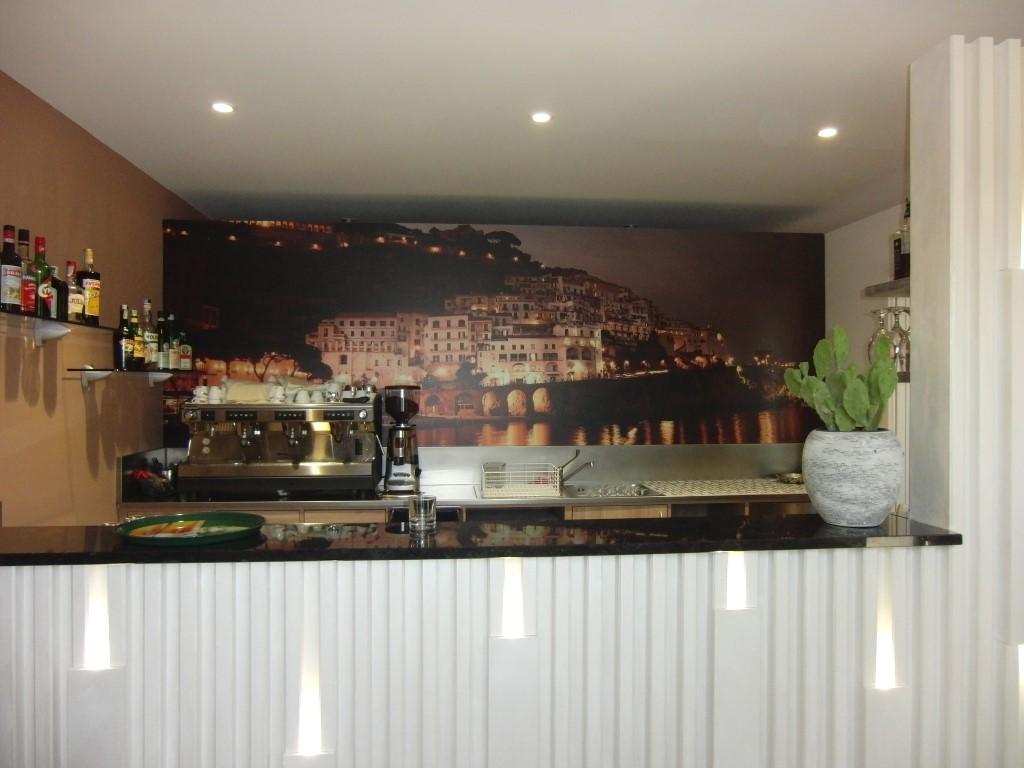 Particolare della zona bar con immagine di Amalfi al Ristorante Pizzeria Parsifal a Treviolo, Bergamo