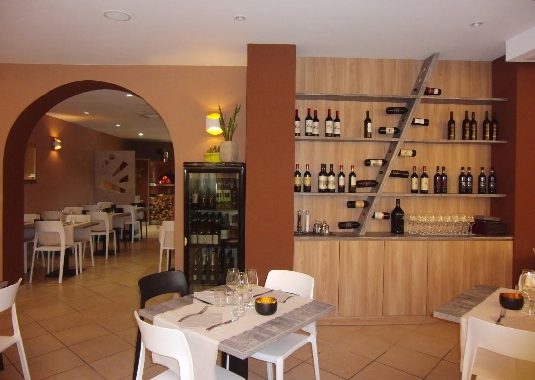 Foto del salone con mobile di servizio al Ristorante Pizzeria Parsifal a Treviolo, Bergamo