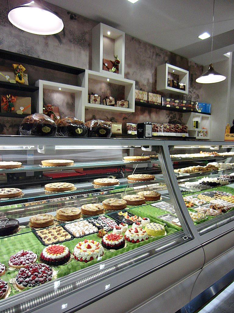 Foto del bancone con ricca selezione di dolci presso la Pasticceria Caffetteria i 4 Mastri a Milano