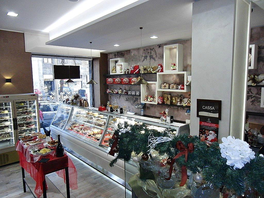 Area interna e vista del banco con i dolci presso la Pasticceria Caffetteria i 4 Mastri a Milano