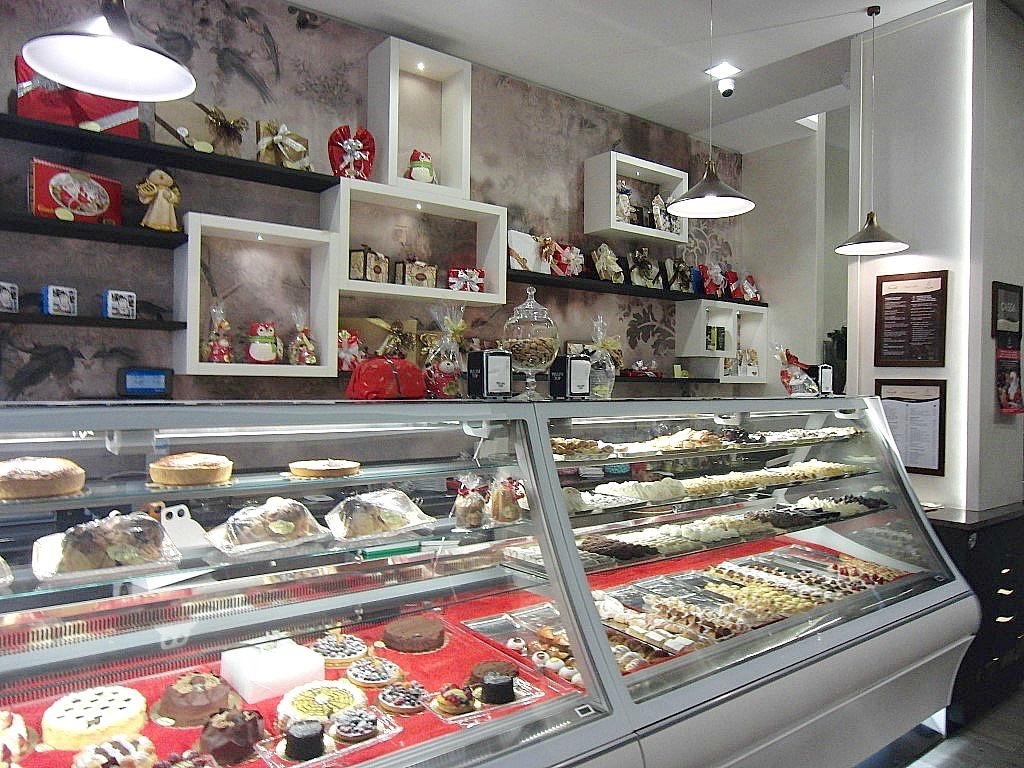 Foto di parte del bancone dei dolci presso la Pasticceria Caffetteria i 4 Mastri a Milano