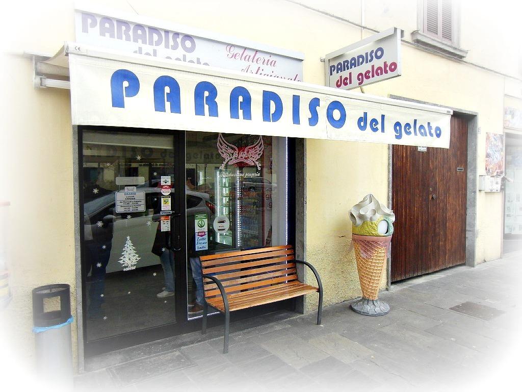 """Foto esterna dell'ingresso e del tendone con logo della Gelateria """"Paradiso Del Gelato"""" a Seriate"""
