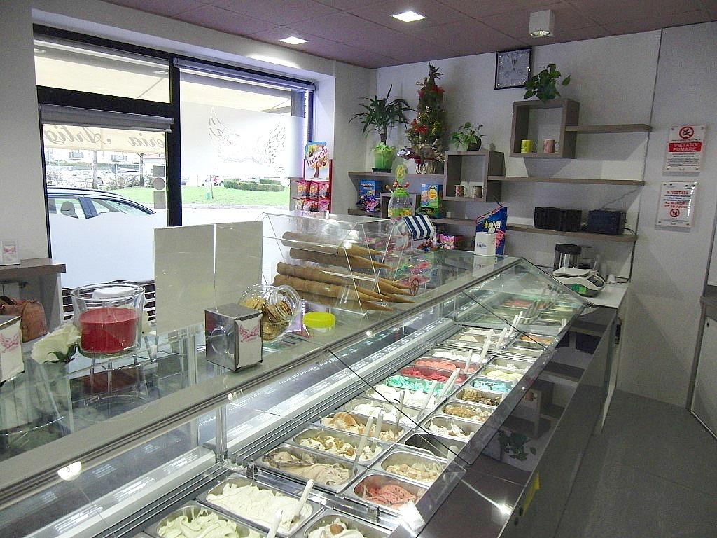 """Vetrina con i vari gusti di gelato a la Gelateria """"Paradiso Del Gelato"""" a Seriate"""