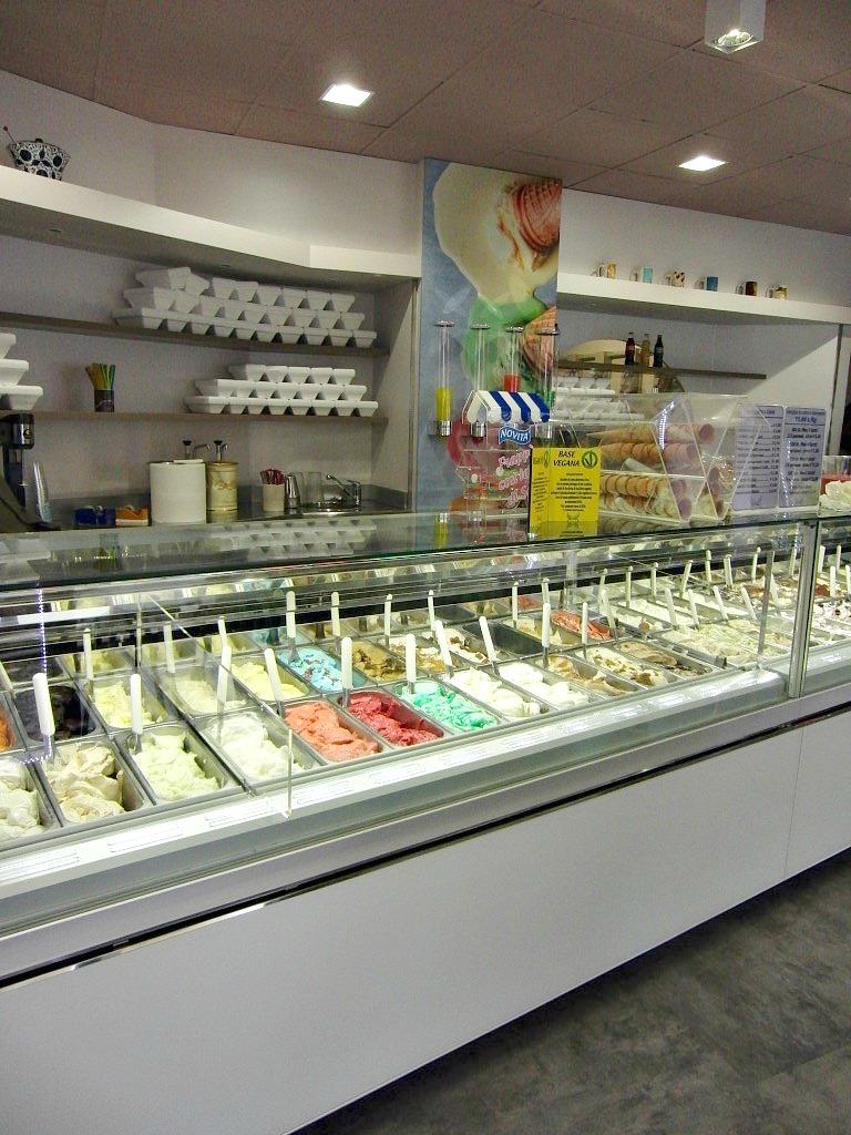 """Primo piano del bancone dei gelati a la Gelateria """"Paradiso Del Gelato"""" a Seriate"""