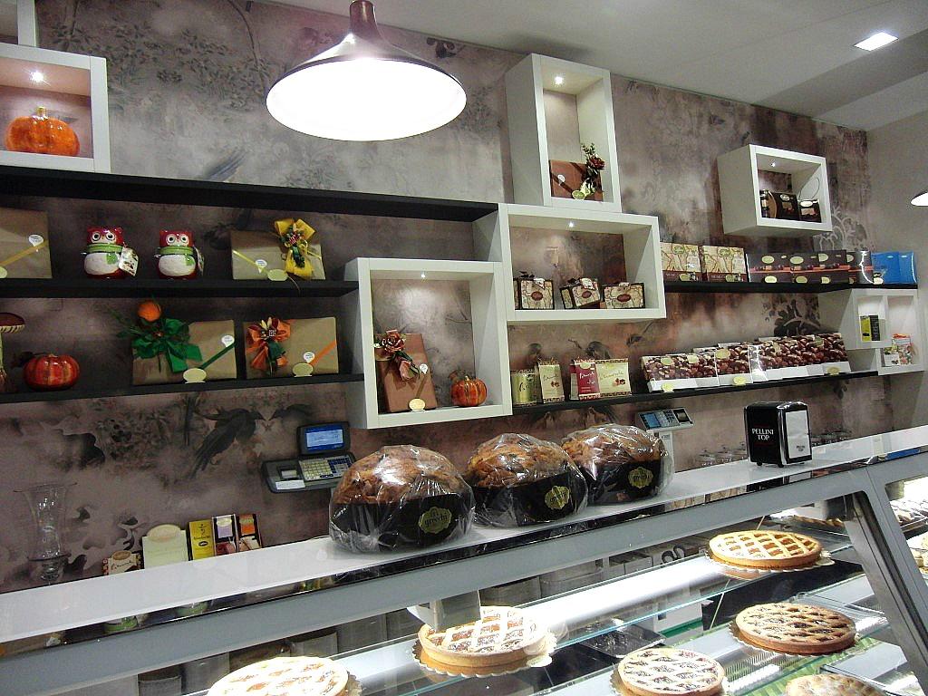 Particolare del bancone e retro alla Pasticceria Caffetteria i 4 Mastri a Milano