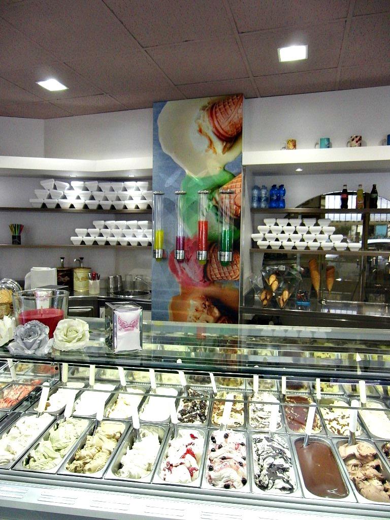 """Foto della vetrina con i gelati presso la Gelateria """"Paradiso Del Gelato"""" a Seriate"""