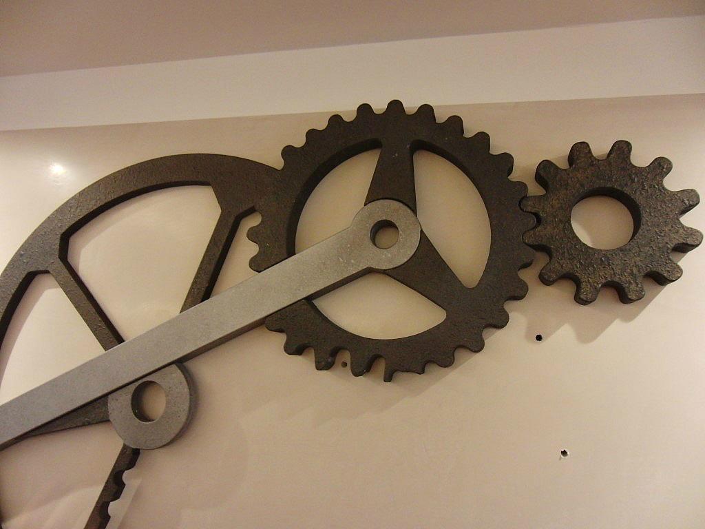 Montaggio dei meccanismi dell'orologio inserito presso il Ristorante Ezio Gritti di Bergamo