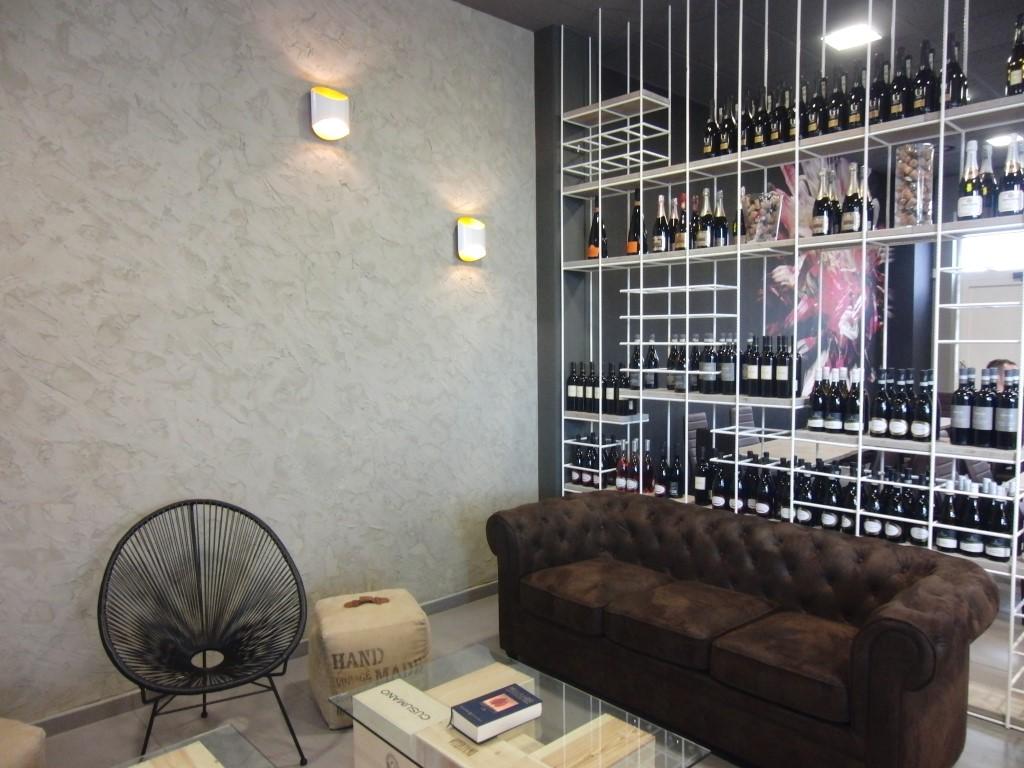Foto del salotto con divano Chesterfield presso il Perlage Coffee & Lounge Bar a Bonate Sopra