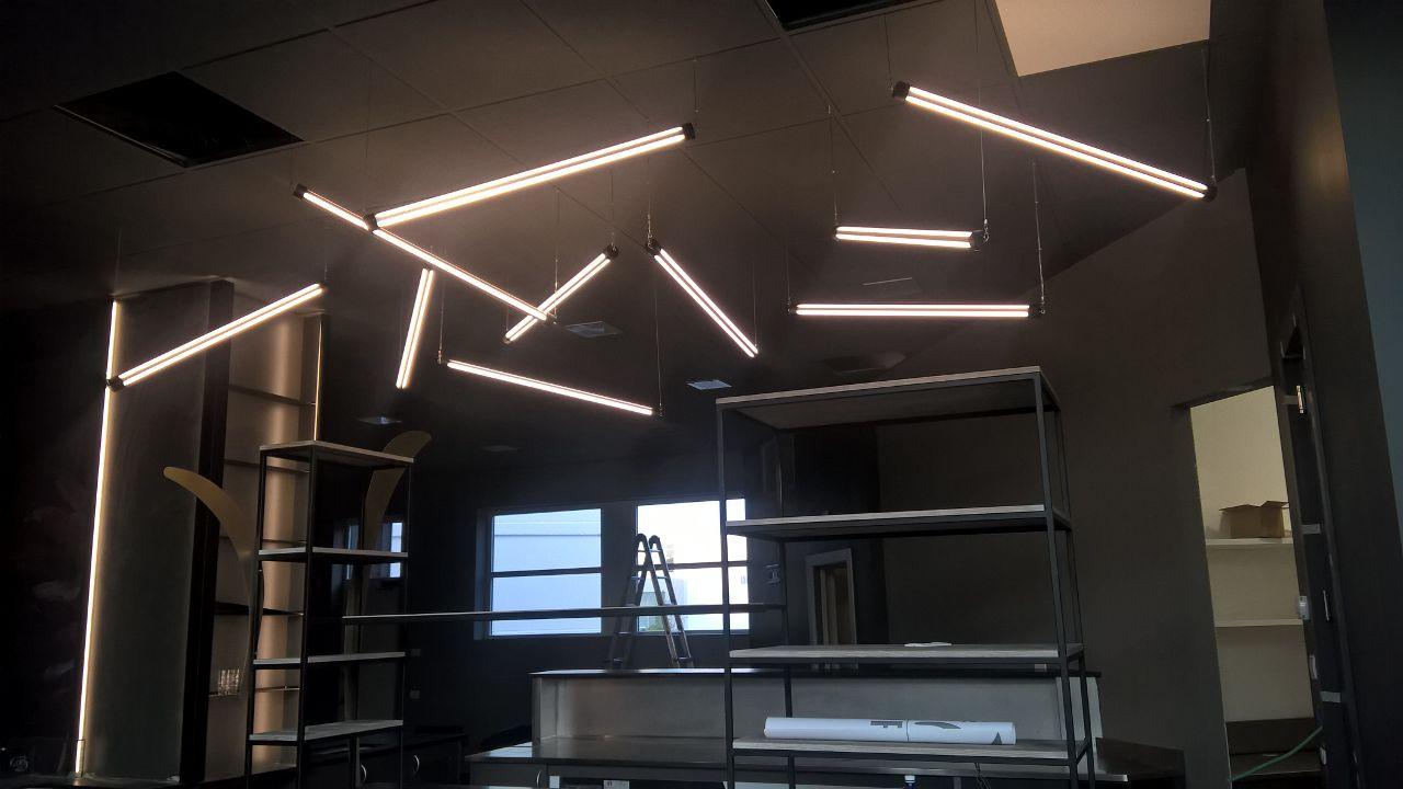 Foto dell'allestimento di luci pensate per il Perlage Coffee & Lounge Bar a Bonate Sopra