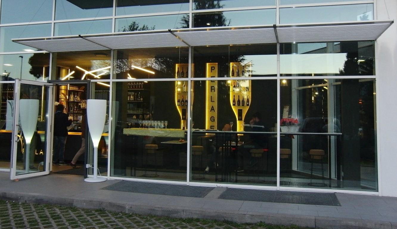 Particolare dell'ingresso dall'esterno del Perlage Coffee & Lounge Bar a Bonate Sopra