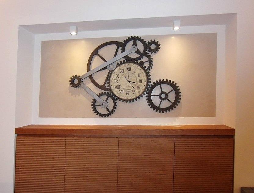 Foto dell'orologio con meccanismi presso il Ristorante Ezio Gritti di Bergamo