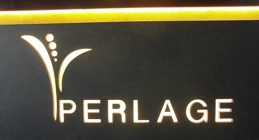 Facciata del bancone centrale al Perlage Coffee & Lounge Bar a Bonate Sopra