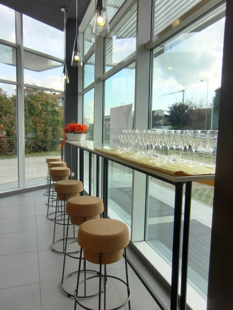 Foto della vetrata con mensola e sgabelli Bouchon al Perlage Coffee & Lounge Bar a Bonate Sopra