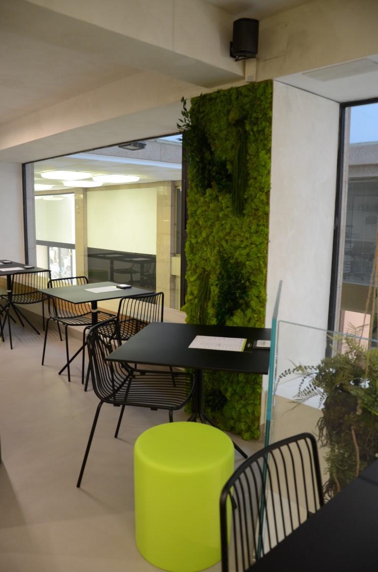 Particolare di sala da pranzo con tavolini e sedie presso MASTERFRUIT, Food, juice and coffee a Bergamo