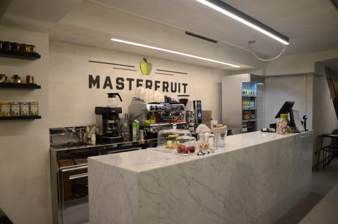 Vista del logo e bancone centrale di MASTERFRUIT, Food, juice and coffee a Bergamo
