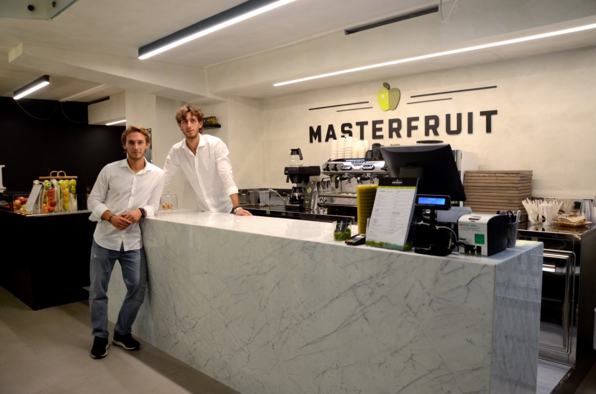 Foto dei due titolari e del bancone di MASTERFRUIT, Food, juice and coffee a Bergamo