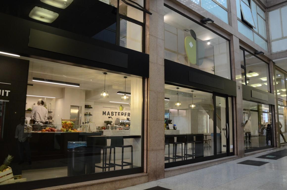 Particolare dell'ingresso e della vista esterna di MASTERFRUIT, Food, juice and coffee a Bergamo