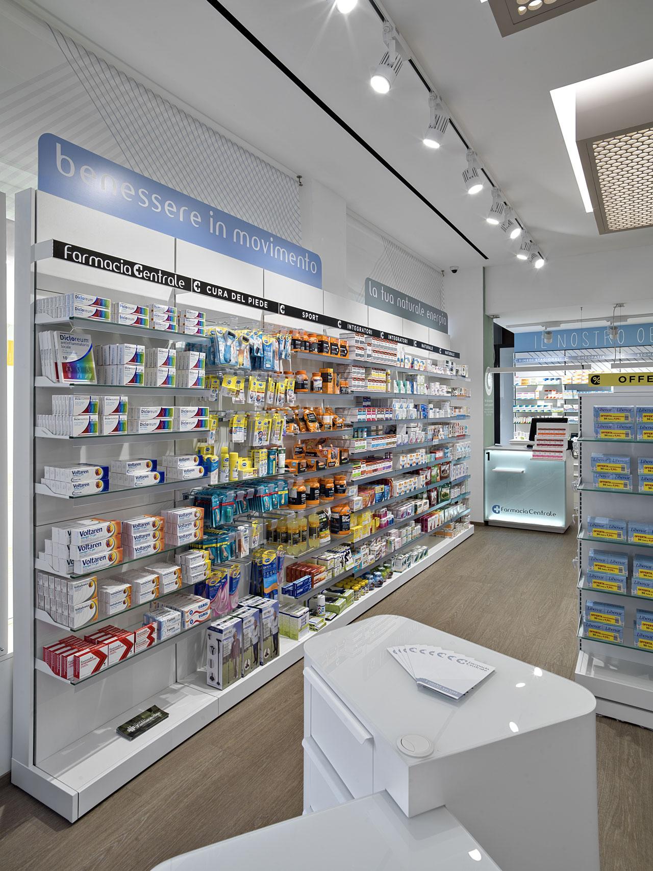 Particolare di alcuni scaffali all'interno della farmacia del Dr. Molgario nella frazione di Brugherio