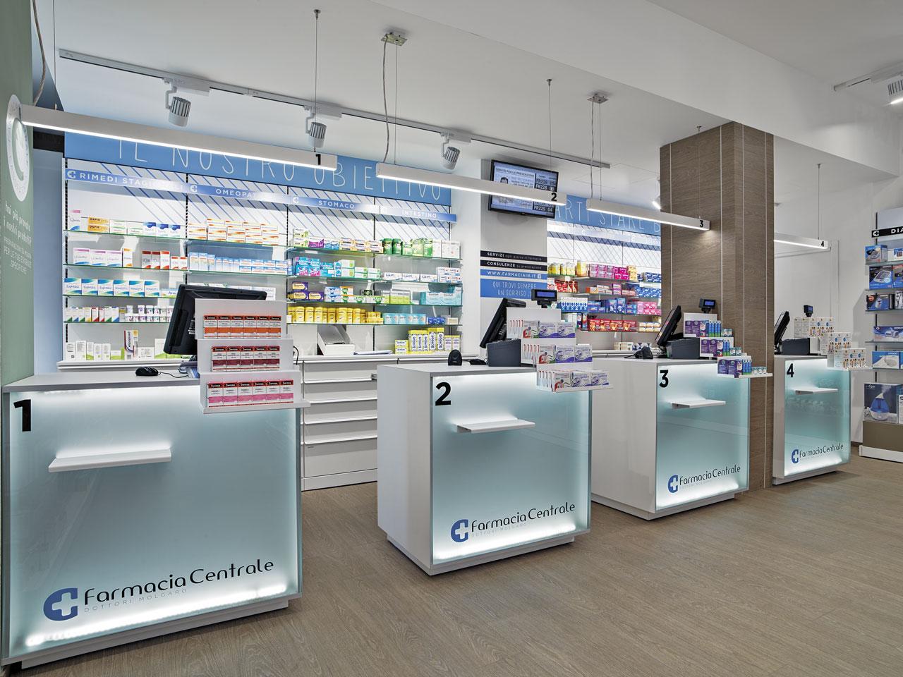 Banconi e scaffali arredati presso la Farmacia centrale di Brugherio in provincia di Monza
