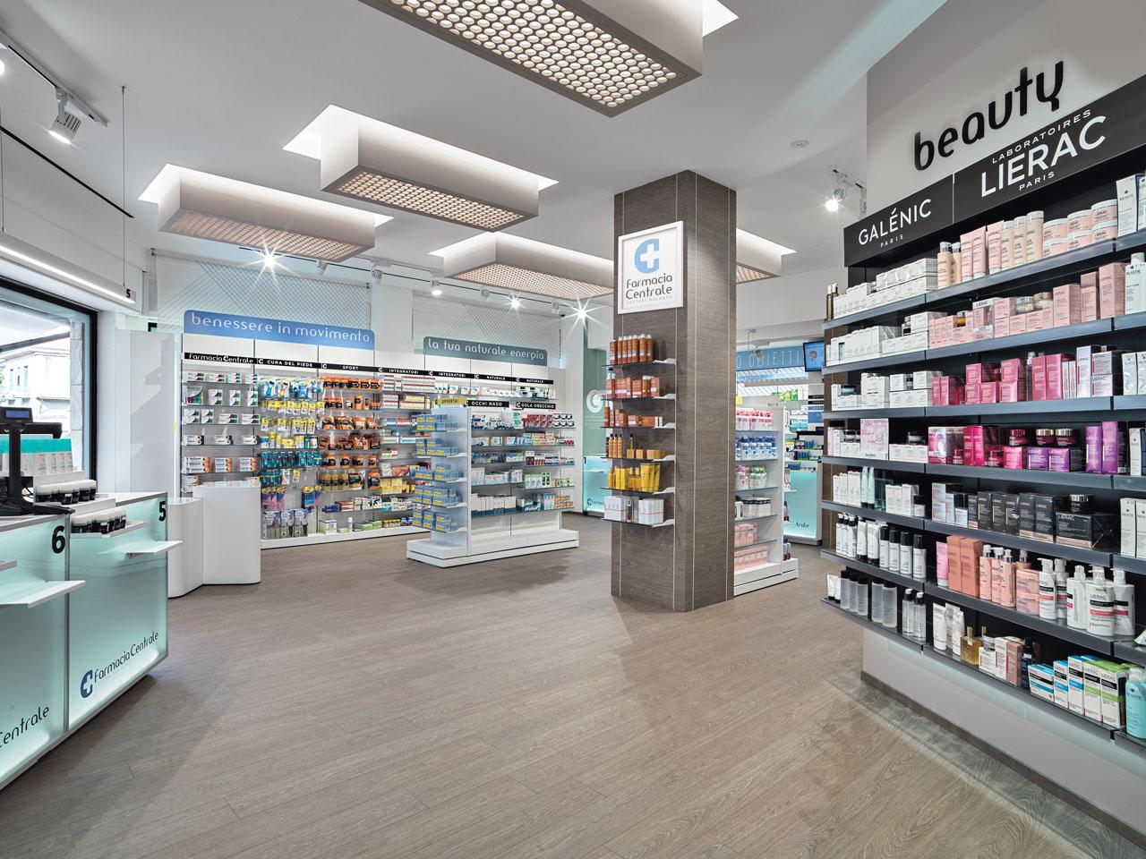 Vista interno farmacia interamente arredata su misura da Fab arredamenti