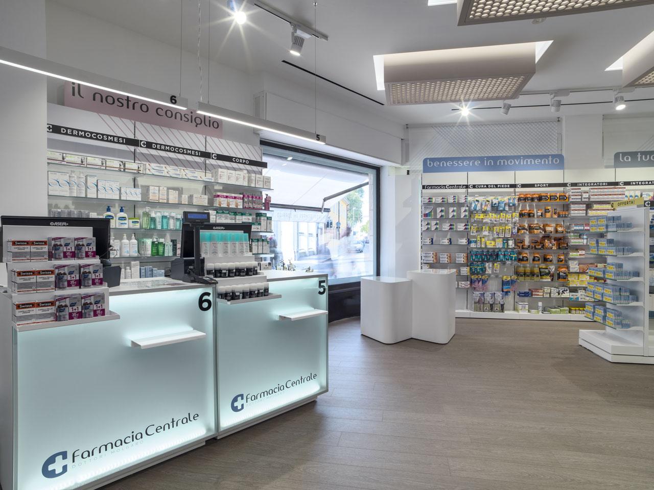 Vista del bancone e prodotti di una Farmacia centrale