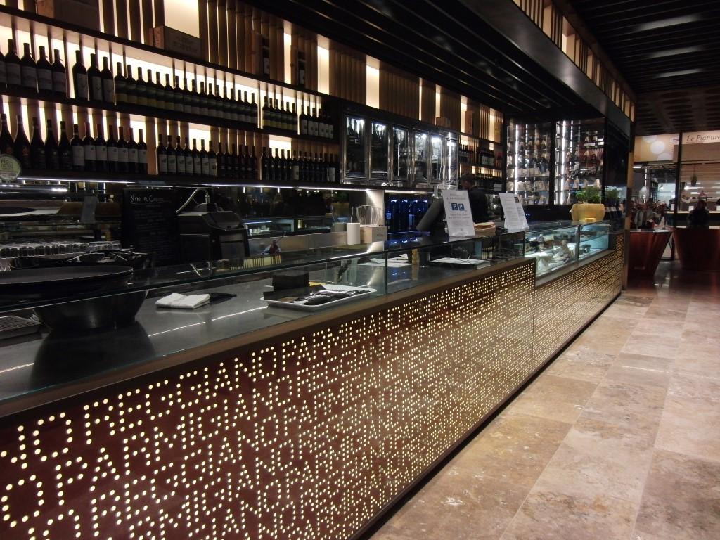 Vista del banco bar dello stand del consorzio del parmigiano reggiano presso eataly bologna