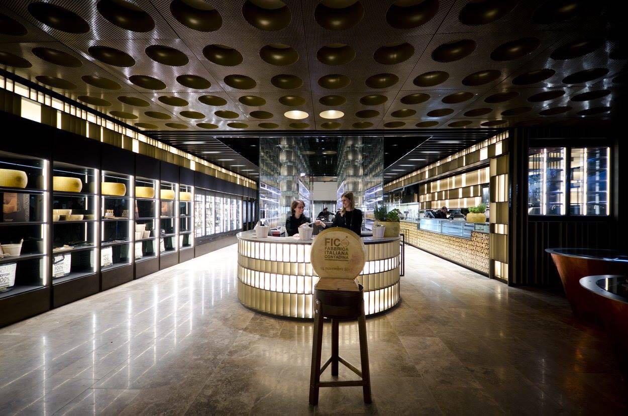 Spazio Consorzio del Parmigiano Reggiano presso il punto eataly a Bologna