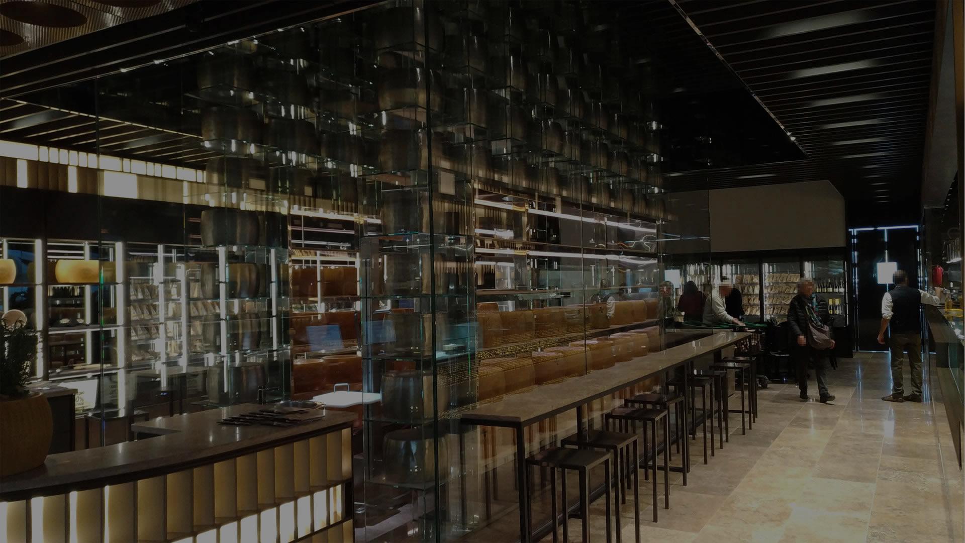 Arredamento su misura di bar ristorante, con vista sul bancone