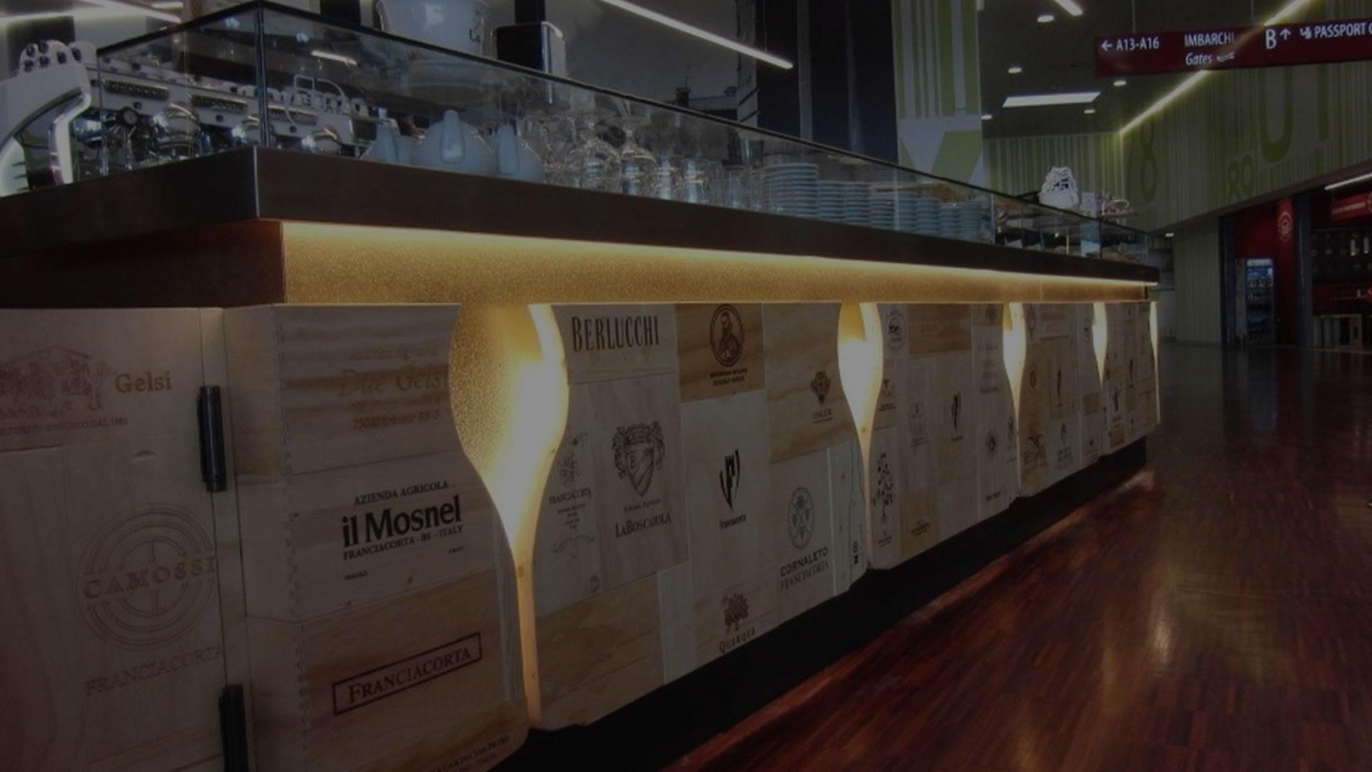 """Bancone realizzato su misura per Bar Ristorante """"Wine Gate 11"""" all'Aeroporto di Orio al Serio"""